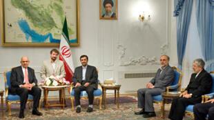 Mohamed El Baradeï, directeur général de l'AIEA (à gauche), avec le président iranien Mahmoud Ahmadinejad (3e à gauche), et Ali Asghar Soltanieh, le représentant de l'Iran auprès de l'AIEA (à droite).
