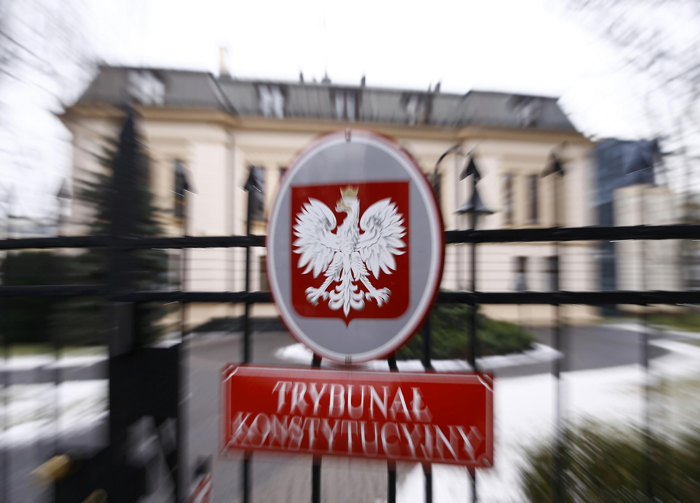 """Hàng loạt """"cải cách"""" của chính quyền bảo thủ Ba Lan gây lo ngại, sẽ hủy hoại các định chế dân chủ ở nước này. Trong ảnh, trước cửa Tòa Bảo Hiến Ba Lan."""