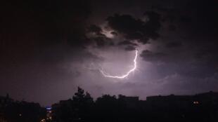 Lors des orages, les cumulonimbus chargés en électricité statique peuvent provoquer des éclairs.