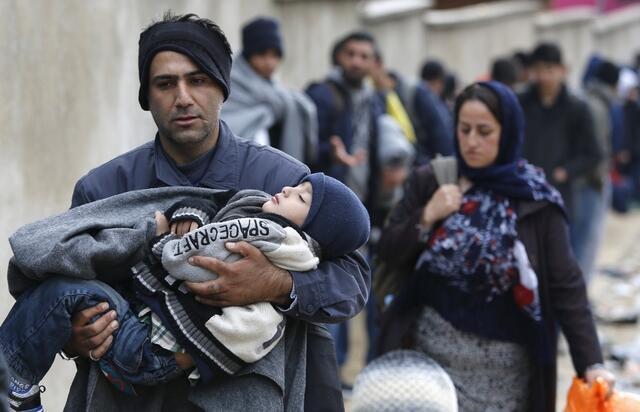 Người tị nạn chờ xe ca đến đón tại một ngôi làng ở Serbia, ngày 24/10/2015.