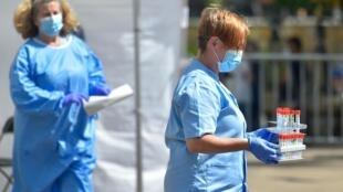 Des soignants espagnols portant les échantillons collectés dans un centre de tests temporaire à Ordizia, le 8 juillet 2020.