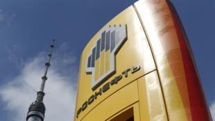 El logo del gigante ruso del petróleo, Rosneft, en una estación de servicio de Moscú. Estados Unidos incluyó a Rosneft en la lista de empresas vetadas por la Casa Blanca.