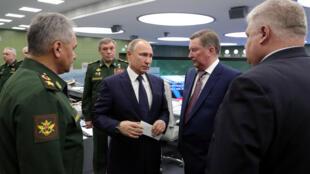 O presidente russo Vladimir Putin (no centro) visita o Centro Nacional de Controle de Defesa em Moscou, em 26 de dezembro de 2018.