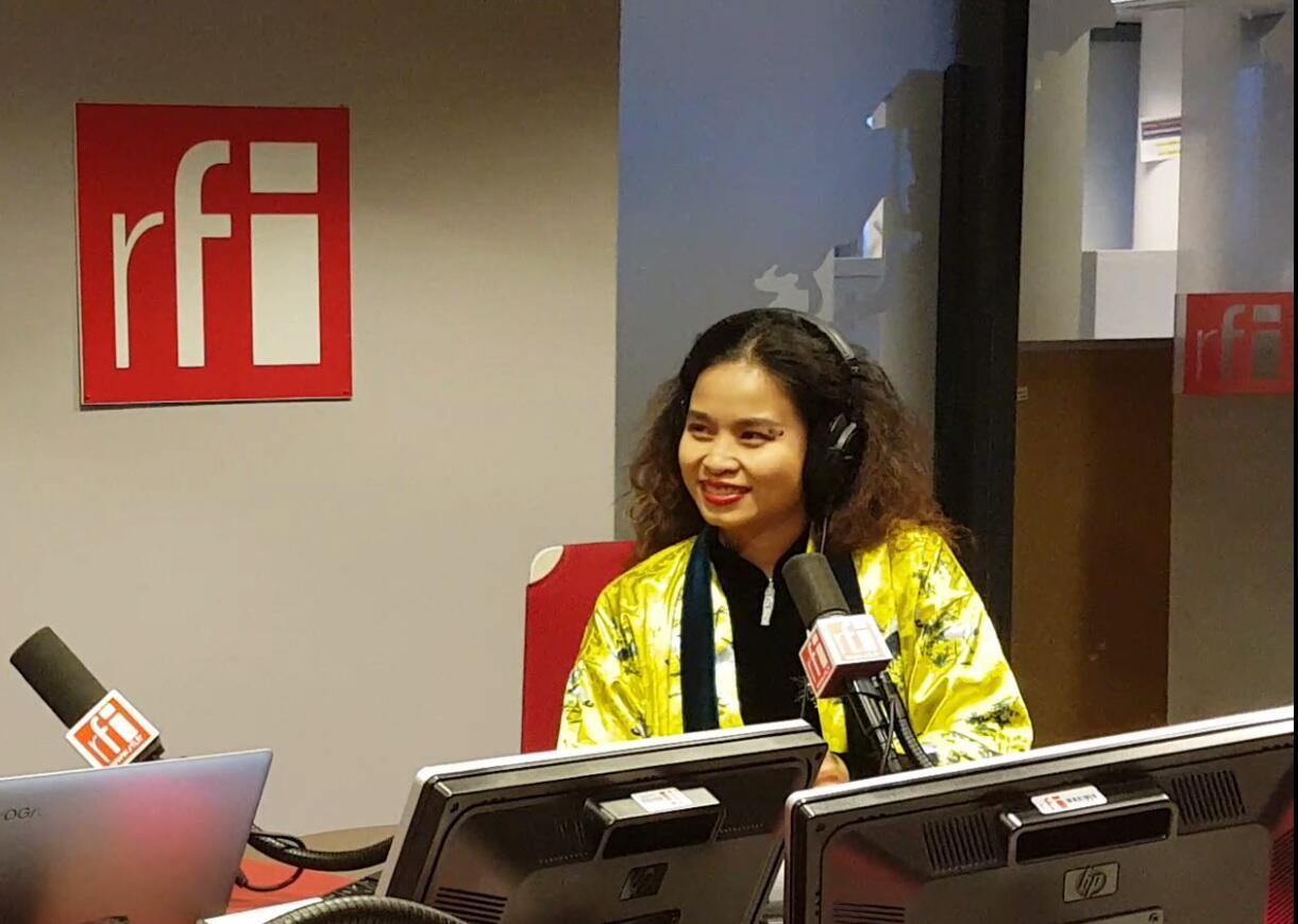 Ca sĩ Đồng Lan tại phòng thu của RFI ở Paris.