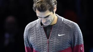 Roger Federer, raia wa Uswisi, akitangaza kujiondoa katika fainali ya mashindano ya Kimataifa ya ATP World Tour.