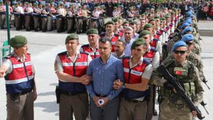 پس از گذشت بیش از دو سال و نیم از کودتای نافرجام در ترکیه، بازداشت افرادِ مظنون به هواداری از فتح الله گولِن با ضرباهنگی سرسام آور ادامه دارد.