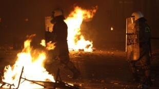 La police anti-émeutes confrontée aux manifestants dans les rues d'Athènes alors que le Parlement se prononce sur les nouvelles mesures d'austérité.