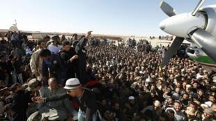 Đám đông chờ tại sân bay Zenten, nơi hạ cánh của chiếc máy bay chở Seif al-Islam, 19/11/2011.
