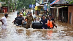 نیروهای امداد هند برای نجات مردم در ایالت کرالا، واقع در جنوب غربی هند، از بالگرد و قایق استفاده میکنند. شنبه ٢٧ مرداد/ ١٨ اوت ٢٠۱٨ /