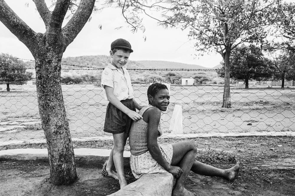 Nét thân thiện và gần gũi giữa con một điền chủ và vú em ở Nietverdiend - Marico Bushveld. Ảnh năm 1964.