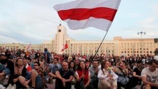 Manifestation de l'opposition pour protester contre les violences policières et pour rejeter les résultats de l'élection présidentielle près de la maison du gouvernement sur la place de l'indépendance à Minsk, en Biélorussie, le 14 août 2020.