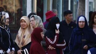 Phụ nữ Duy Ngô Nhĩ tại nhà ga Urumqi, thủ phủ Tân Cương.