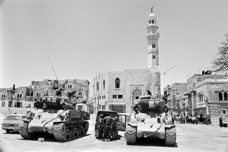 Imagem de arquivo mostra tanques israelenses diante da mesquita de Omar, em Belém, em junho de 1967.