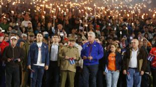 Le président cubain Miguel Diaz-Canel (en bleu), aux côtés de son prédécesseur et actuel dirigeant du Parti Raul Castro, lors d'une marche célébrant le 166e anniversaire du héros de l'indépendance José Marti. La Havane, le 28 janvier 2019.