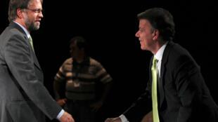 Antanas Mockus (G) et Juan Manuel Santos (D), les deux candidats à la présidentielle en Colombie, avant le débat sur une chaîne de télévision locale à Bogota, le 17 juin 2010.