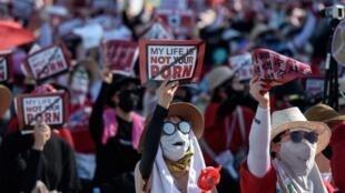 Hàng ngàn phụ nữ biểu tình phản đối đặt camera theo dõi bị coi là khiếm nhã, tại thủ đô Seoul ngày 04/08/2018.