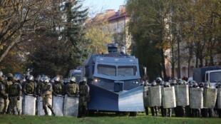 Les forces de l'ordre biélorusses bloquent une rue lors de la manifestation à Minsk, ce dimanche 18 octobre 2020.