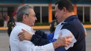 Chủ tịch Cuba Raul Castro (T) tiễn tổng thống Venezuela Hugo Chavez về nước, La Habana, 11/05/2012