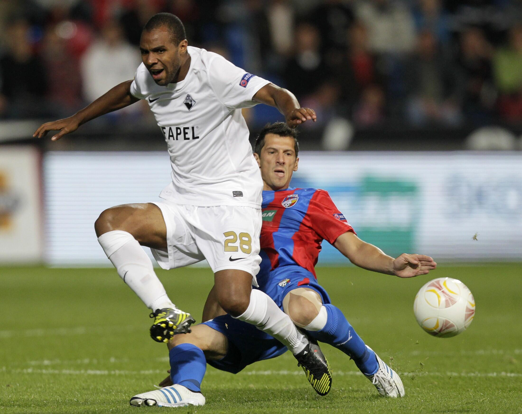 Wilson Eduardo, na esquerda, jogador português da Académica que apontou o único golo da equipa de Coimbra.