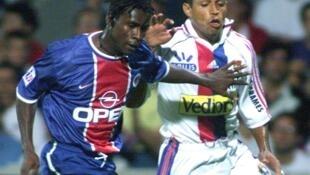 Le défenseur sénégalais du PSG Aliou Cissé face à l'attaquant brésilien de Lyon Sonny Anderson, le 29 août 1999.
