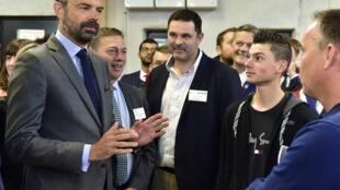 法国总理菲利普 2019年5月2日周四 Le Premier ministre français Edouard Philippe (G) s'entretient avec des étudiants lors de sa visite dans un centre de formation d'apprentis (CFA) près d'Angoulême, dans l'ouest de la France, le 2 mai 2019.