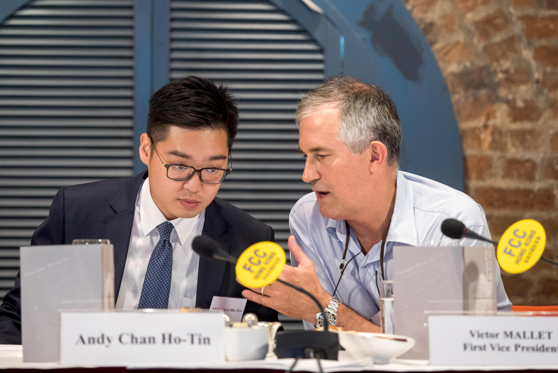Nhà báo Victor Mallet (P) trao đổi với Trần Hạo Thiên (Andy Chan), lãnh đạo Đảng Dân tộc . Ảnh tại Hồng Kông ngày 14/08/2018.