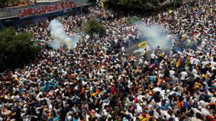 Milhares de venezuelanos saíram às ruas para protestar contra o presidente Nicolás Maduro em 19 de abril de 2017