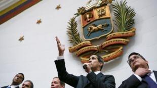 O presidente da Assembleia Nacional da Venezuela e líder da oposição Juan Guaidó, que muitas nações reconheceram como o governante do país, toma posse como presidente do Parlamento Caracas, Venezuela, 7 de janeiro de 2020.