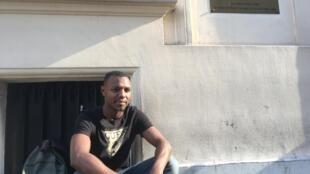 Cidadão cabo-verdiano espera junto à embaixada em Paris a 20 de Julho para ser atendido no dia seguinte.