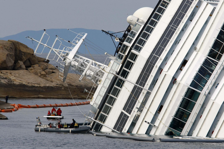 O navio Costa Concordia naufragou na costa italiana em janeiro de 2012, matando 32 pessoas.