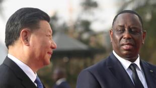Le président chinois Xi Jinping parle avec le chef d'Etat sénégalais Macky Sall au palais présidentiel, à Dakar, le 21 juillet 2018.