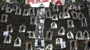 Novos protestos no México pelo desaparecimento dos 43 estudantes. Painéis representando os desaparecidos foram montados no sítio arqueológico de Monte Alban, em Oaxaca. .