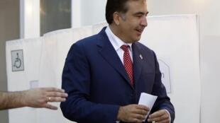 Le président géorgien Mikheil Saakachvili s'apprête à déposer son bulletin de vote, ce lundi 1er octobre 2012.