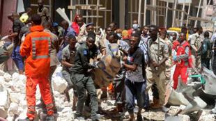 Les forces de sécurité et les secours sur le lieu de l'attentat à Mogadiscio, le 4 février 2019, revendiqué par les shebabs.