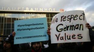 Manifestantes sírios protestam em frente estação ferroviária de Colônia.