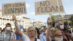 Đông đảo người dân  Budapest xuống đường biểu tình phản đối dự án Trung Quốc xây đại học Phục Đán tại thủ đô, ngày 05/06/2021.