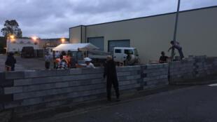 Um muro foi construído na cidade de Séméac para bloquear o acesso a um futuro centro de acolhimento para migrantes.