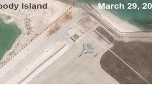 Ảnh vệ tinh chụp ngày 29/03/2017: Tiêm kích Trung Quốc J-11 trên đảo Phú Lâm, Hoàng Sa, Biển Đông
