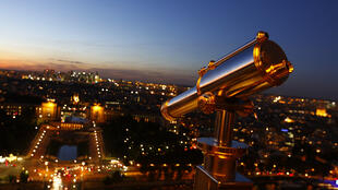 Trough the telescope, the palais de Chaillot wakes up in the early morning.