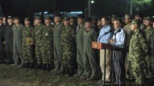 El presidente colombiano Juan Manuel Santos rodeado de su alto mando militar, en septiembre de 2012.