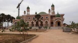 La mosquée «Kenye-Kenye Jamango» de Gunjur, soit la mosquée de la dune de sable.