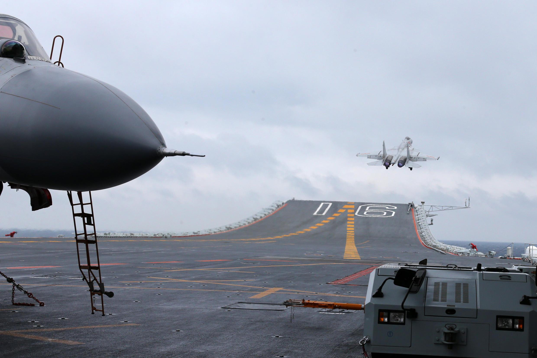(Ảnh minh họa) - Bức ảnh được chụp vào ngày 02/01/2017 cho thấy các máy bay chiến đấu J-15 của Trung Quốc được phóng từ tàu sân bay Liêu Ninh trong các cuộc tập trận quân sự ở Biển Đông.