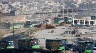 Cientos de personas son evacuadas de Alepo el pasado 15 de diciembre.