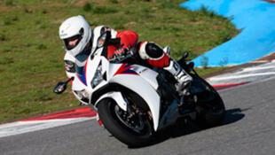 Un motard sur une Honda CBR 1000 RR.