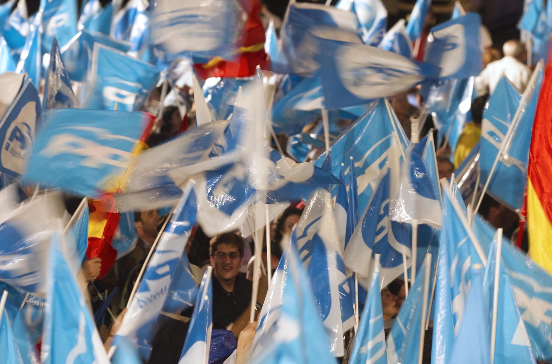 Simpatizantes del Partido Popular celebran su victoria histórica.