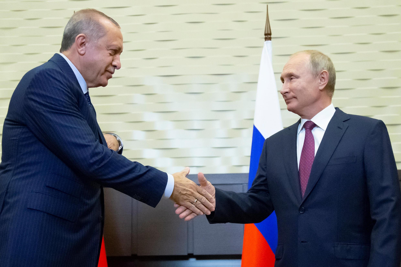 Os Presidentes  da Turquia e  da Rússia quando se cumprimentavam  em Sochi,antes da cimeira sobre a situação em Idlib,na Síria.Sochi.17 de Setembro de 2018