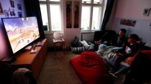 Niños jugando a videojuegos en Berlín, Alemania, el 1 de abril de 2020.