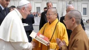 天主教教宗方济各(左)与佛光山满谦法师(中)