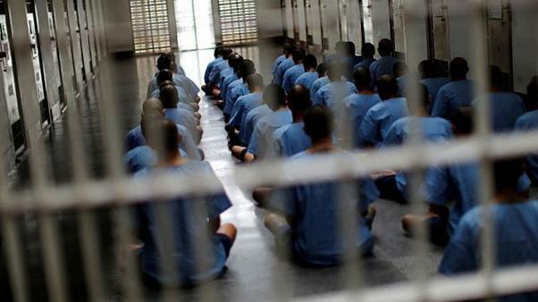 در پی بحران شیوع ویروس کرونا در ایران، قوه قضاییه از آزادی حدود ۱۰۰ هزار نفر از زندانیان خبر داد. به گفته سخنگوی قوه قضاییه ایران، تعدادی از زندانیان عقیدتی و سیاسی که احکام کمتر از ۵ سال داشتند، هم شامل این مرخصی شدند.