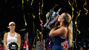 Mslovakia Dominika Cibulkova, akibusu kikombe alichoshinda kwenye michuano ya WTA nchini Singapore, 30 October 2016.